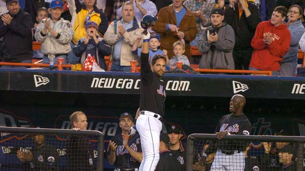 Mike Piazza waving his hat at the crowd.