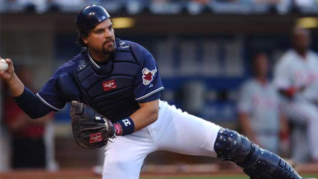 Mike Piazza throwing from the catcher's position.